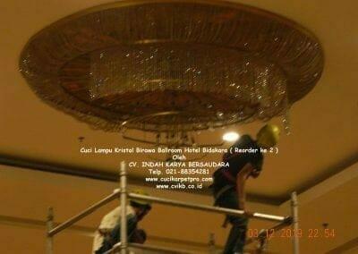 cuci-lampu-kristal-hotel-bidakara-63