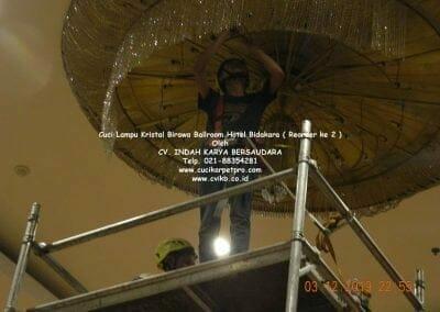 cuci-lampu-kristal-hotel-bidakara-65