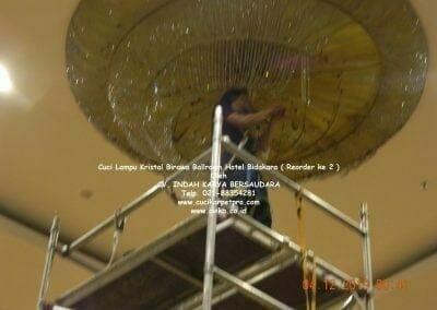 cuci-lampu-kristal-hotel-bidakara-66