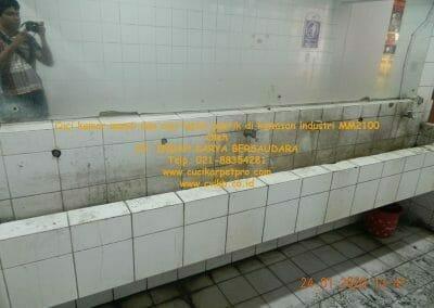 cuci-kamar-mandi-cuci-lantai-di-kawasan-industri-mm2100-03
