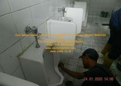 cuci-kamar-mandi-cuci-lantai-di-kawasan-industri-mm2100-14