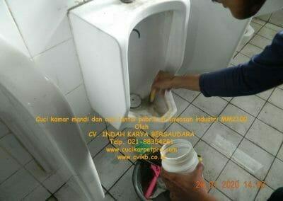 cuci-kamar-mandi-cuci-lantai-di-kawasan-industri-mm2100-18