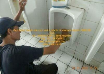 cuci-kamar-mandi-cuci-lantai-di-kawasan-industri-mm2100-24