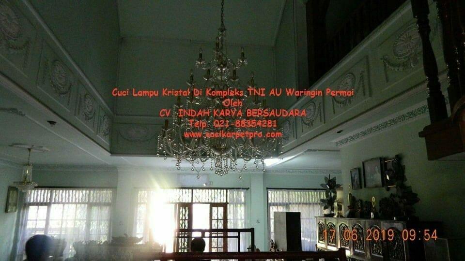 Cuci Lampu Kristal Di Kompleks TNI AU Waringin Permai