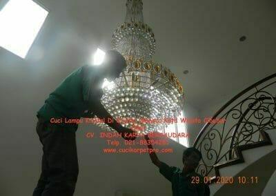 cuci-lampu-kristal-di-kota-wisata-06