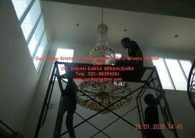 cuci-lampu-kristal-di-kota-wisata-34