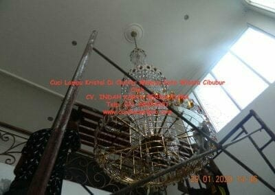 cuci-lampu-kristal-di-kota-wisata-35
