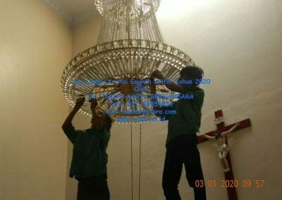 cuci-lampu-kristal-engkoh-arifin-tahun-2020-12
