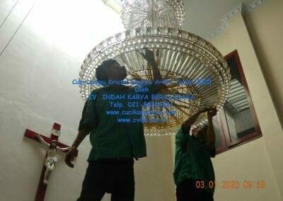 cuci-lampu-kristal-engkoh-arifin-tahun-2020-15