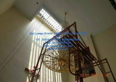cuci-lampu-kristal-engkoh-arifin-tahun-2020-47