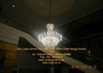cuci-lampu-kristal-ibu-sari-tahun-2020-01
