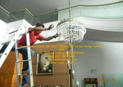 cuci-lampu-kristal-ibu-sari-tahun-2020-33