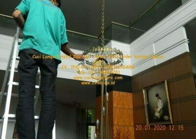cuci-lampu-kristal-ibu-sari-tahun-2020-46