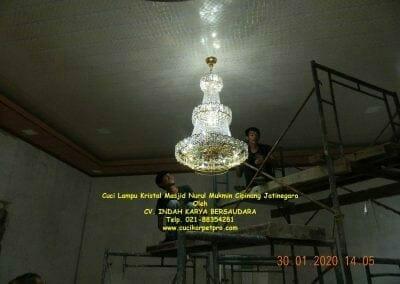 cuci-lampu-kristal-masjid-nurul-mukmin-01