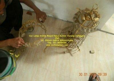 cuci-lampu-kristal-masjid-nurul-mukmin-02
