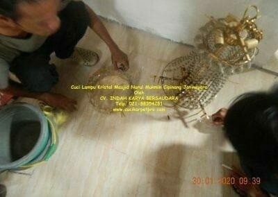 cuci-lampu-kristal-masjid-nurul-mukmin-03
