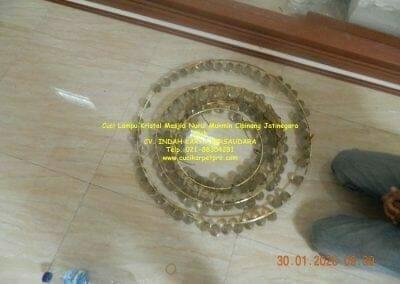 cuci-lampu-kristal-masjid-nurul-mukmin-04