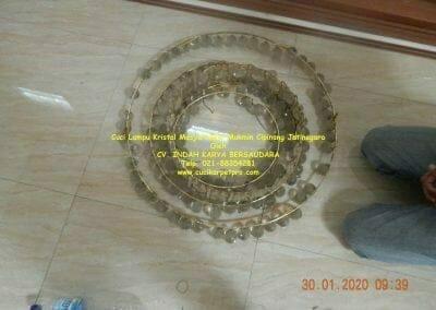 cuci-lampu-kristal-masjid-nurul-mukmin-05