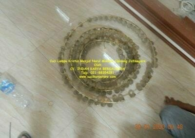 cuci-lampu-kristal-masjid-nurul-mukmin-06