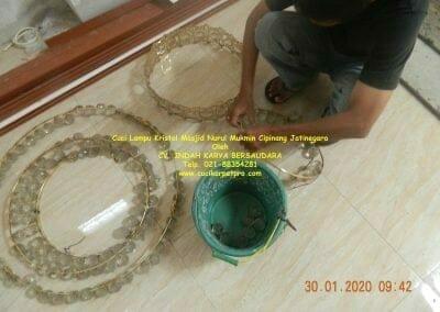 cuci-lampu-kristal-masjid-nurul-mukmin-07