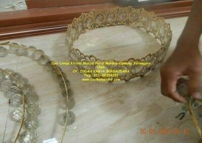 cuci-lampu-kristal-masjid-nurul-mukmin-08