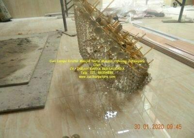 cuci-lampu-kristal-masjid-nurul-mukmin-09