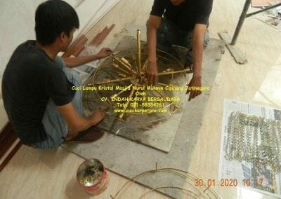 cuci-lampu-kristal-masjid-nurul-mukmin-10
