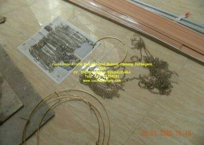 cuci-lampu-kristal-masjid-nurul-mukmin-11