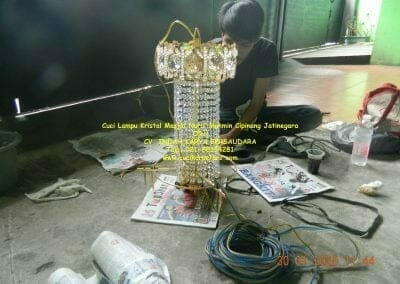 cuci-lampu-kristal-masjid-nurul-mukmin-15