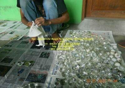 cuci-lampu-kristal-masjid-nurul-mukmin-16