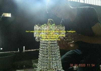 cuci-lampu-kristal-masjid-nurul-mukmin-19