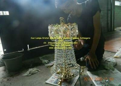 cuci-lampu-kristal-masjid-nurul-mukmin-20