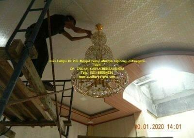 cuci-lampu-kristal-masjid-nurul-mukmin-23