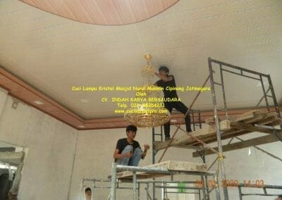 cuci-lampu-kristal-masjid-nurul-mukmin-24