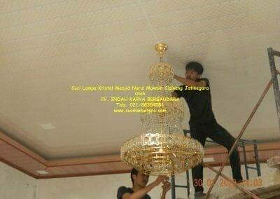 cuci-lampu-kristal-masjid-nurul-mukmin-25