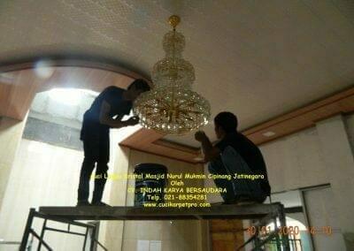 cuci-lampu-kristal-masjid-nurul-mukmin-26