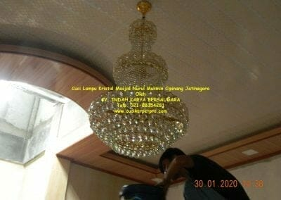 cuci-lampu-kristal-masjid-nurul-mukmin-28