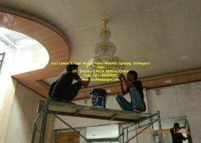 cuci-lampu-kristal-masjid-nurul-mukmin-29