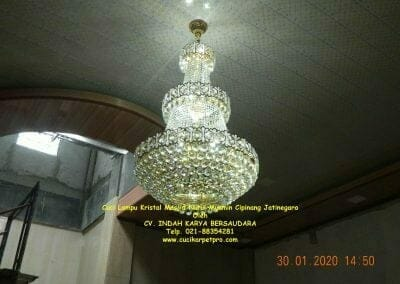 cuci-lampu-kristal-masjid-nurul-mukmin-30