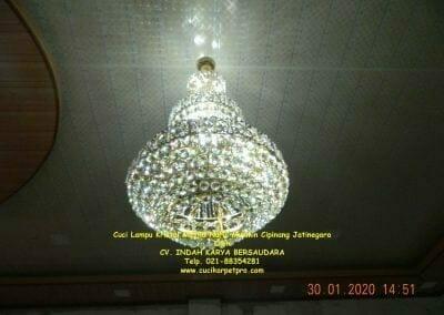 cuci-lampu-kristal-masjid-nurul-mukmin-31