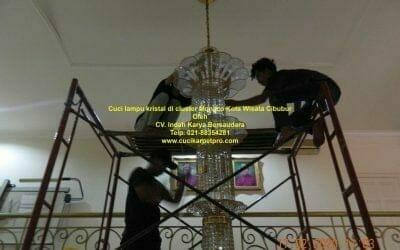 Cuci lampu kristal di cluster Monaco Kota Wisata Cibubur