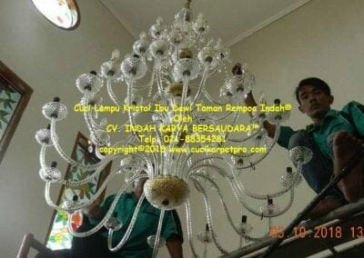 cuci-lampu-kristal-ibu-dewi-taman-rempoa-indah-01