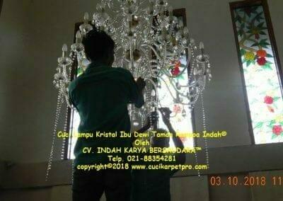 cuci-lampu-kristal-ibu-dewi-taman-rempoa-indah-02