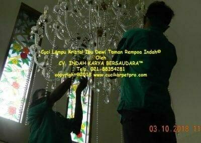 cuci-lampu-kristal-ibu-dewi-taman-rempoa-indah-03