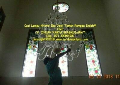 cuci-lampu-kristal-ibu-dewi-taman-rempoa-indah-04