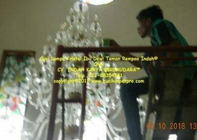 cuci-lampu-kristal-ibu-dewi-taman-rempoa-indah-10