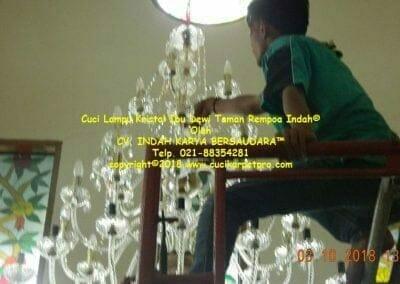 cuci-lampu-kristal-ibu-dewi-taman-rempoa-indah-12