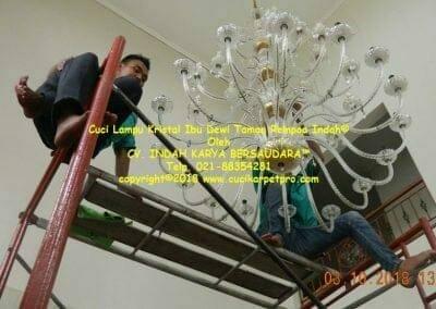 cuci-lampu-kristal-ibu-dewi-taman-rempoa-indah-14