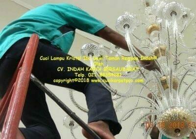 cuci-lampu-kristal-ibu-dewi-taman-rempoa-indah-15