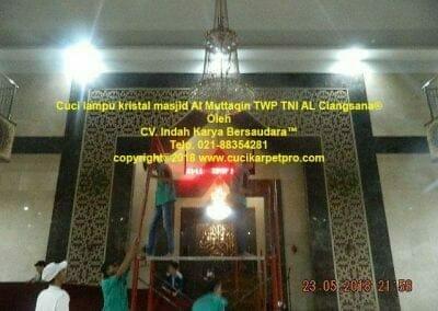 cuci-lampu-kristal-masjid-al-muttaqin-02